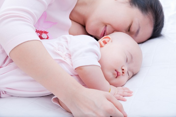 996 The smell of the mother helps to sleep well 01