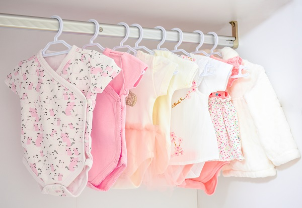 1090 Choose clothes baby no dust 01
